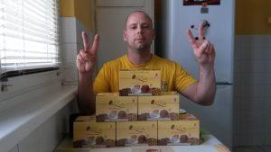 DXN Ganoderma kávés dobozok és Takács Gergely, a Kávékirály