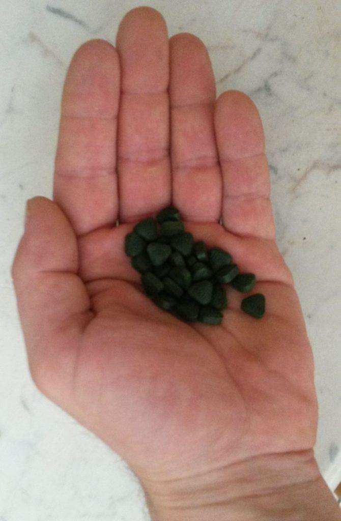 DXN Spirulina tabletta a kezemben fogyasztás előt