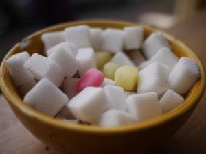 Kockacukor és cukorkák, vegyesen egy kis fatálban