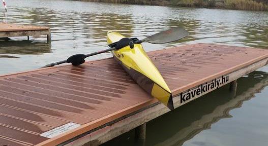 Sárga K1-es versenykajak a stégen. Csepel-szigeten, Budapest, Magyarország
