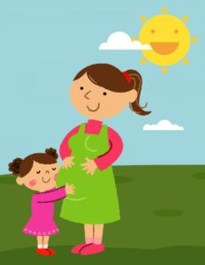 terhes anya és lánya ölelkeznek mosolyogva a napsütötte parkban
