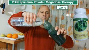 Vizet öntök a DXN Spirulina porra egy üvegben