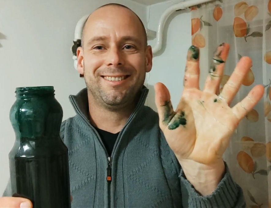 A DXN Spirulina por zöldre festette az ujjaimat