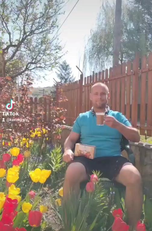 DXN ganodermás kávé fogyasztása tulipánok közt a Kávékirály kertjében